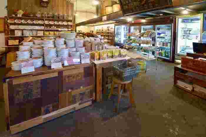 国産・無添加のおいしいもの、お酒やおつまみ、生活雑貨まで日本のいいものが購入できるスペースも。大きな木箱などレトロな雰囲気もおしゃれですね。ランチでいただいた寝かせ玄米も購入できるので、おうちでも味わえますよ。