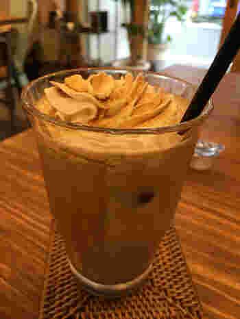 アイスカフェラテにキャラメルをトッピング。コーヒーの苦味とキャラメルの甘さは、疲れた体を癒してくれそうです。ミルクの量のオーダーもリクエストできるので、オリジナルの一杯を味わえます。