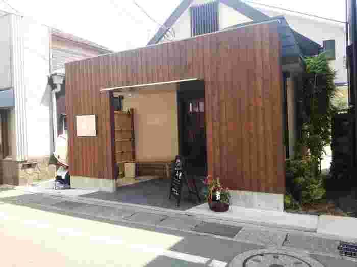 小町通りに入り、1本目の十字路を左折し、踏切を渡った所に位置する、古民家を改装したシックで粋な雰囲気のお店がこちらの「サンルイ島」です。