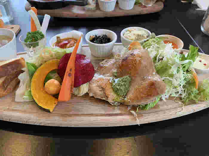 香り高いバジルソースをかけたジューシーな鶏もも肉をメインに、グリル野菜や小鉢などいろいろなお料理が彩りよく盛り付けられた「かずさ彩り野菜とチキングリルのプレート」は、開店早々に売り切れてしまうほどの人気メニュー。目でも楽しめるお料理は、食べる前からワクワクしますね。