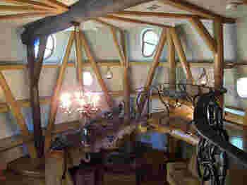 螺旋階段の作りが面白いですね。あちこちの窓から入る外の光が屋敷の中を照らしてくれています。
