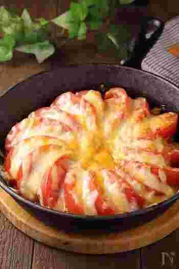 見た目もおしゃれ♪豚キムチの上にトマトをのせたチーズ焼きです。トマトと豚肉のうま味とキムチのピリ辛がベストマッチ!さらにチーズがまろやかな味にしてくれます。味付けは焼き肉のタレにおまかせすれば、簡単に作れますよ。