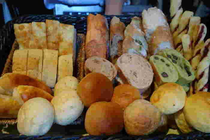 ランチタイムは、パン食べ放題という嬉しい特典が付いています。バスケットに山盛りに入れられたパンは、全て自家製の焼きたてパンばかりです。種類の多さに、どのパンを食べようか悩んでしまうかもしれませんね。
