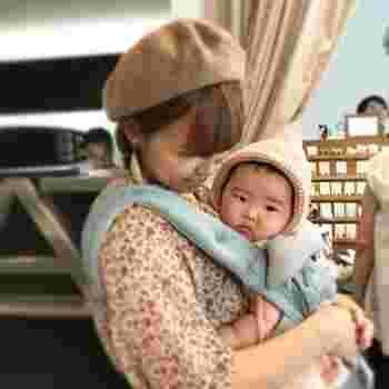 絵本に出てくる赤ずきんちゃんのような、ヨーロッパの伝統的な帽子「ボンネット」です。 一般的なのは薄手のもので、赤ちゃんのお宮参りにベビードレスと一緒に身に着けることが多いですね。  ニット編みものを選ぶと、頭のてっぺんがとんがっていて、なんともチャーミング。