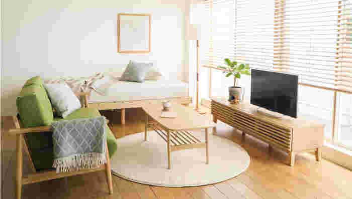 狭いお部屋は明るさを保つようにすることで、広く快適に感じられますよ。ウッドブラインドを取り入れるのもおすすめです。