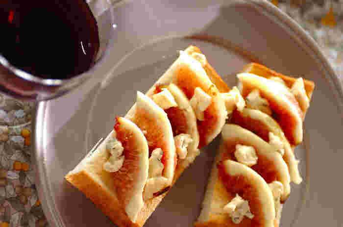 ブルーチーズは果物など甘いものとあわせるととっても美味。まずは前菜として簡単に取り入れることができるレシピをご紹介します!こちらは、イチジクの甘さとちょっぴり塩気のあるブルーチーズとの組み合わせが絶妙なオープンサンド。ワインを片手に、おうちでゆっくり…なんて時にいかがでしょう。