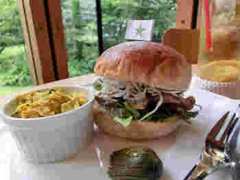 人気なのが、名物の「善通寺陸軍バーガー」。厚切りのローストビーフがたっぷり挟まった、ジューシーなハンバーガーです。