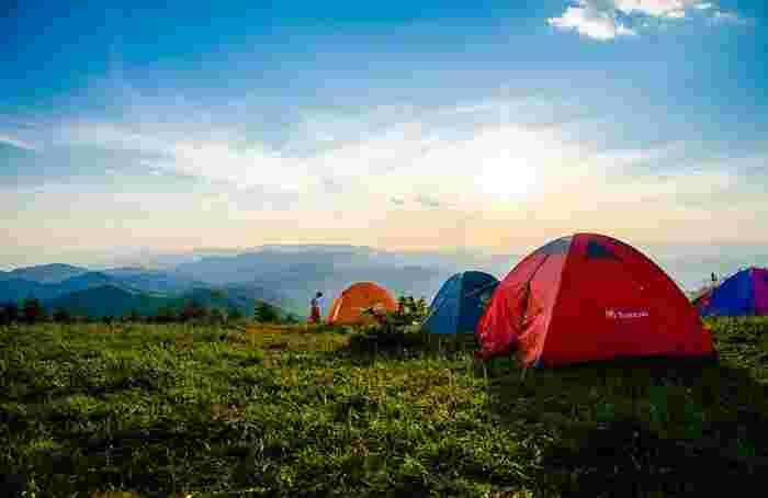 初めてのキャンプは何を揃えたらいいか疑問だらけですが、まずは「家」となるテントは必需品ですね。今は魅力的なオシャレなもがたくさんあります。あれこれ迷ってしまいますが、人数や、どのようなスタイルで過ごしたいかを基準に選ぶといいですよ。