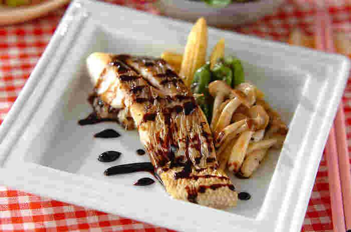 皮目をカリッと焼いた鯛に、バルサミコソースをかけた「白身魚のバルサミコソテー」。はちみつの上品な甘みが、バルサミコ酢のコクと酸味を引き立てます。見た目も豪華な魚料理は、特別な日のディナーにもぜひおすすめです。