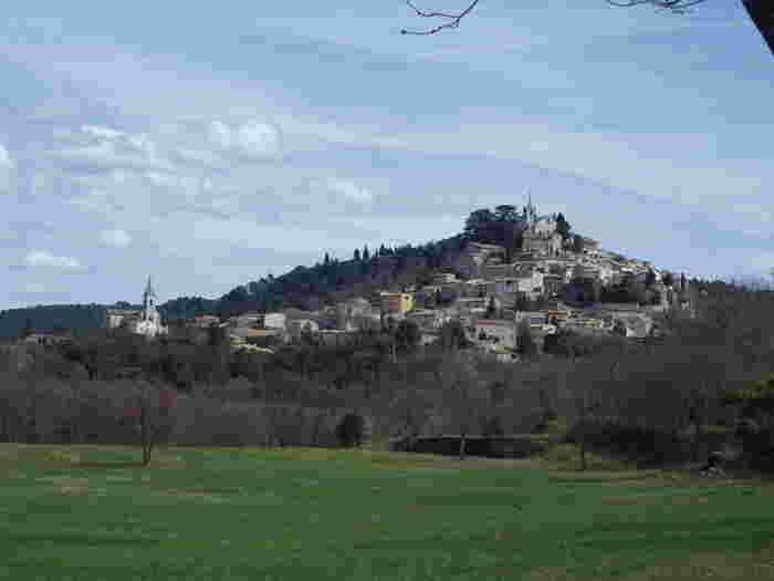 ボニューは、小高い丘の頂にそびえる教会から裾野にかけて石造りの家が広がっている村です。