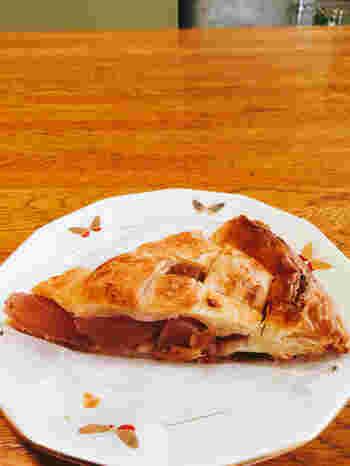 パン以外にもアップルパイやキッシュなども販売されています。ハード系が人気のパン屋さんですが、甘いパンやキッシュなども評判ですよ。
