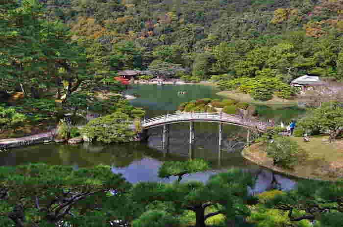香川県高松市にある国の特別名勝に指定された江戸初期の回遊式大名庭園である栗林公園(りつりんこうえん)。日本一の大きさを誇る広い日本庭園には6つの池、13の築山があり、季節ごとに咲く花々と一千本もの手入れされた見事な松とともに四季折々のさまざまな景色を堪能することができます。