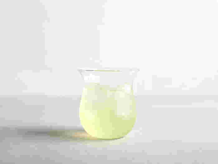 """空気のように薄く軽やかで、ゆるやかな曲線が心地よいBabaghuri(ババグーリ)のグラス。 バーナーの炎によってガラスを熔融し成形するという""""バーナーワーク""""と呼ばれる技法で作成されており、チューブ状のガラスをバーナーで溶かしながら手作業で形づくっています。 口が広がり、ぽってりとした形は手にしっくりと収まり持ちやすく、飲み口も柔らか。水やソフトドリンクだけでなく、ビアグラスやワイングラスなど、どんなシーンでもお使いいただけますよ◎"""