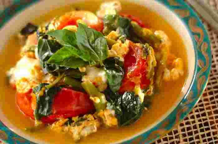 トマトが入れば見た目も鮮やか!ナンプラーとバジルの香りが食欲をそそります!冷凍保存した空芯菜を使う時にもおすすめ。