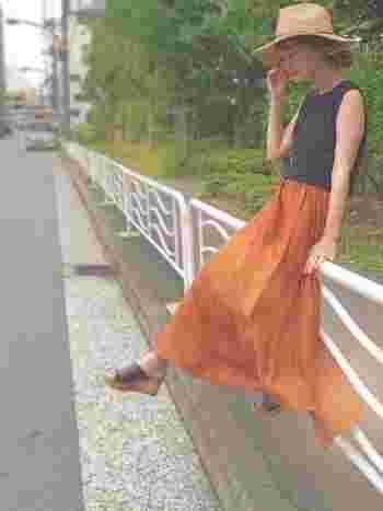 テラコッタカラーのマキシ丈スカートが印象的なリゾートスタイル。トップスとサンダルに黒を合わせることで、より大人っぽいコーディネートに仕上がります。