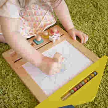 ベビーの頃はスタンプをペタペタ。 大きくなってきたらお絵かき…と長い時期遊べるアイテムになりそう。  ペンだと床に着かないか気になりますが、これなら安心してお絵かきできますね。