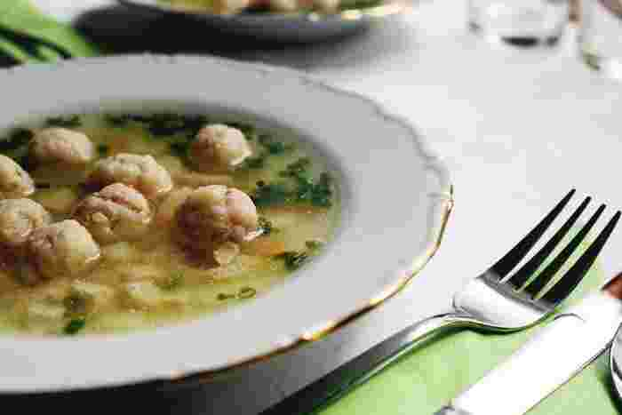ス―プや温かいものが恋しい寒さになりました。ランチはお弁当派の方も温かくほっこりしたお昼ご飯を楽しみたい季節です。コンビニで買ったおにぎりでも暖かな味噌汁やスープがあるだけで気分が豊かなランチになりますよね。