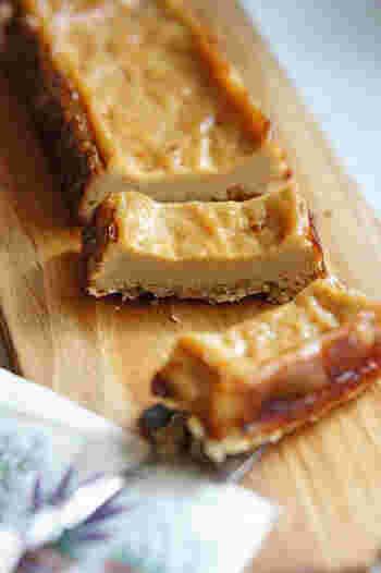 小麦粉、砂糖、乳製品不使用のチーズケーキ風のレシピは、絹ごし豆腐や酒粕、メープルシュガーを使っています。酒粕入りの生地をオーブンで焼くことで、不思議とほんのりチーズのような香りが漂います。大人のティータイムにどうぞ。