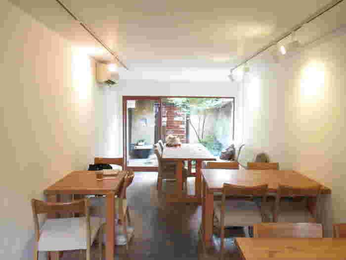 中に入ると、木目調の床や家具で統一されたオシャレな空間。とても人気のお店なので満席になっていることが多く、行列ができることもしばしば。