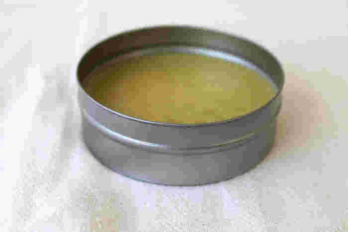 蜜蝋のハンドクリームもリップクリームとおなじ作り方です。ハンドクリームはリップクリームより、植物オイルを多めにして軟らかめに塗りやすく作ります。  【基本の蜜蝋ハンドクリームの材料】 好みの植物オイル…10ml 蜜蝋2g。好みでアロマオイル1~2滴。