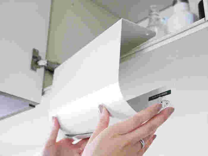 取り付け方は、このように、キッチン棚にひっかけるだけ。  ペーパー交換時はサッとホルダーに置くだけ、サッと切れやすい刃の形状…と、機能性も優れる人気商品です。
