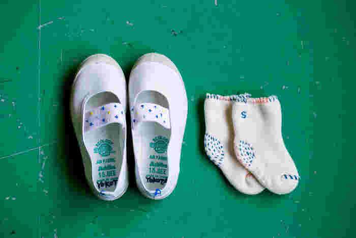 横田さんが、息子さんのために刺繍をした小さな上履きとソックス。見慣れたアイテムも、糸を少し加えるだけでこんなに個性的に、素敵に仕上がります