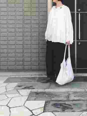 清潔感のある白アイテムをコーデに取り入れたいときにこそ、アーツアンドサイエンスのトートバッグはおすすめです。シンプルコーデだからこそバッグの良さが引き立ちます。