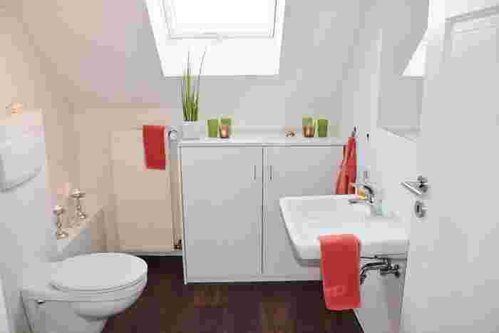 白を基調とした清潔感のあるトイレには、グリーンとキャンドルホルダーなど差し色を統一させて取り入れるのが◎