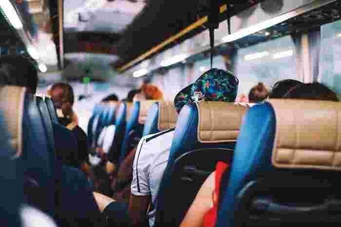大洗水族館行きのバスツアープランを用意している旅行会社を利用すれば、バスや電車による乗り換えの手間を省けます。新宿発の場合なら、およそ7,000円程度と価格もリーズナブルなので、公共交通機関の利用を考えている方はバスツアーもチェックしてみましょう。