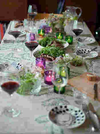 パラティッシのプレート自身も華やかですが、さりげなくお料理もテーブルも引き立ててくれ、不思議とどんなテーブルクロスにもマッチする魅力の持ち主。