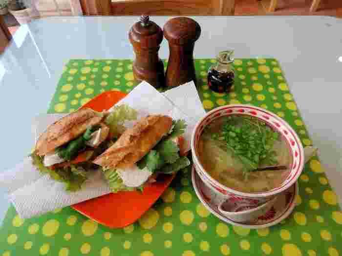 こちらでいただけるのは、家庭菜園などきるだけ完全無農薬の野菜を使った多国籍料理。こちらの「バインミー」は、蒸し鶏や、パクチー、セロリ、パプリカ、レタスがサンドされたベトナム風のサンドイッチ。これから暑くなると食べたくなるさっぱり味です。