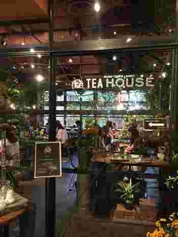 パリの市場のように日常使いのオシャレな花を購入できるフラワーショップとして人気の『青山フラワーマーケット』によるカフェ。  温室をテーマにした店づくりで、植物を身近に感じながらハーブティーをいただけます。表参道(南青山)、吉祥寺、赤坂にお店があります。 (写真は南青山本店)