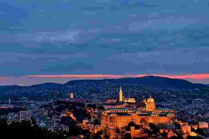 時間があればバスでゲッレールトの丘までちょっと足を伸ばしてください!ブダペストが一望でき、夜景をたっぷりと楽しむことができます。夕暮れ時から街の色が変わっていく様子を眺めるのも素敵♪