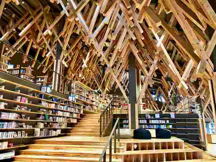 内部は、梼原の木の香りでいっぱい。  それもそのはず、ですよね。地元産の杉とヒノキを用いた組木が織り成す空間になっています。とても非日常的な雰囲気で、時間を忘れて本の世界に心酔してしまいそうですね*