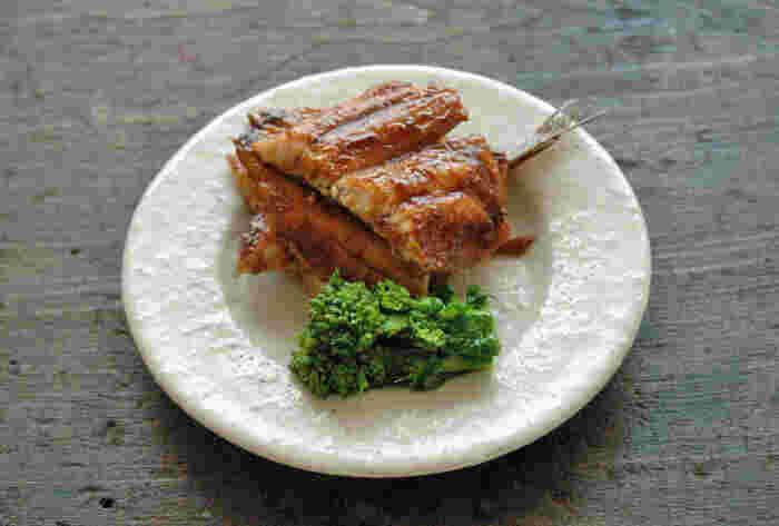おかずの1品にもいいけれど、丼にもしたい「いわしの蒲焼き」。大人も子供も大好きな甘じょっぱい和風の味付けはご飯が進みます。たれをいわし全体に染み込ませながら濃いめに煮詰めていくのがポイント。