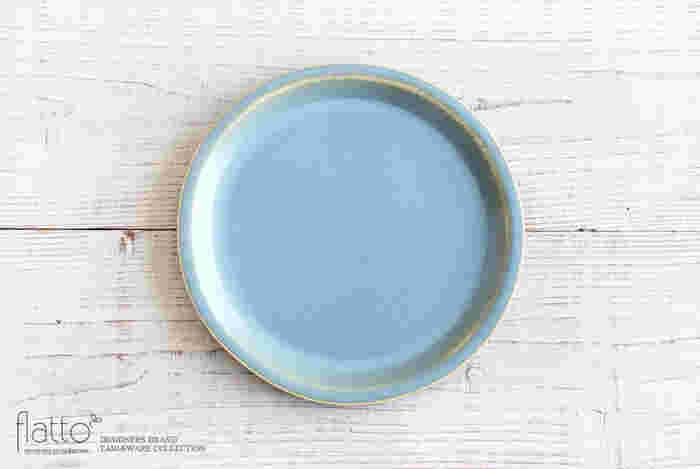 クラシックなライトブルーが春の空を思わせるお皿。静けさと穏やかさをイメージして作られたアイテムです。春の食材の色を引き立たせてくれそうですね。
