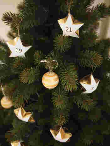 小さな星型のアドベントカレンダーをツリーに飾るかわいいアイデア。