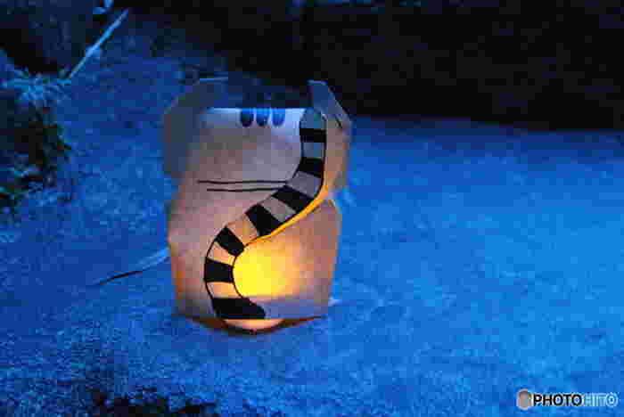 ノスタルジックな気分をさらに盛り立ててくれる猫の灯篭。このまま不思議の世界へと誘われそうですね。
