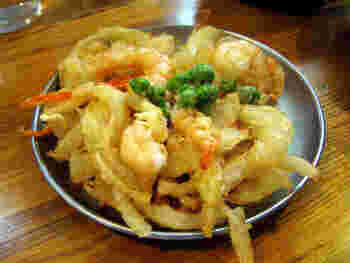 串カツの他にも、アジフライや天ぷらなどの揚げ物メニューが豊富。その中でもおすすめなのが、海老や玉ねぎがたっぷり入ったサクサクの「かき揚げ」。シンプルに塩でいただくのもおいしいですが、おでん出汁をかけてもらうことも。