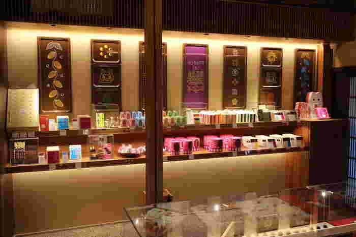 お店の中に入ると、バラエティ豊かな商品ラインナップに、思わず目移りしちゃいます。チョコレートはもちろん、独特の世界観のパッケージも人気を集めていますよ♪