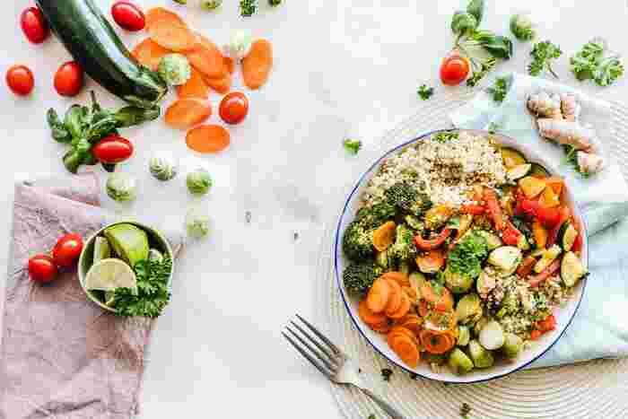 次は食生活の見直しを。「デトックス」の毒だしで欠かせないのは、気持ちのいいお通じです。自然な排便を促すためにも食物繊維をたっぷり摂ってみてください。できれば、無農薬や有機栽培のお野菜を。添加物など不要な毒素を溜め込まないためにも体にいいモノを摂れるといいですね。太陽の光をたっぷり浴びた野菜は体を元気にしてくれるはず。