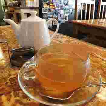 飲みものでは、コーヒーや紅茶のほか、ハーブティ、ビール、ビオワインもいろいろ揃っています。スパイスを効かせた自家製ジンジャーエールが美味。  画像は爽やかな風味の『ベトナムはす茶』。