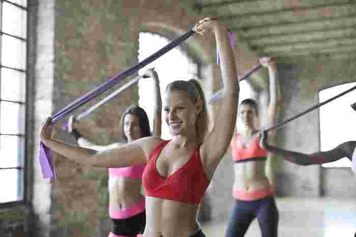 """伸縮性のある""""チューブ""""を使ったストレッチも、女性向きのトレーニング方法です。特にシンプルなひも状のチューブは、体の硬さや負荷のかけ方を自由に調整できます。"""