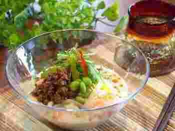 さらっとした豆乳スープに濃い目に味付けした肉みそが良く合います。 ラー油をきかせたクリーミーなスープに、ツルツル箸が進みそう…。
