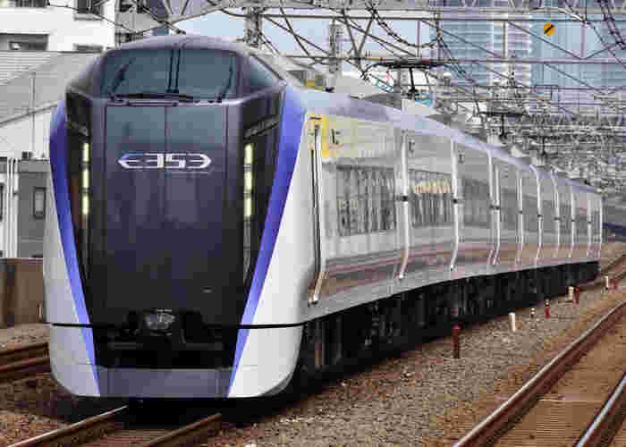 中央線の「スーパーあずさ」「あずさ」を利用すれば、新宿駅から松本駅まで約2時間30分〜50分。日帰りも楽しめる近さが魅力の松本。東京駅、千葉駅からの直通特急もあります。