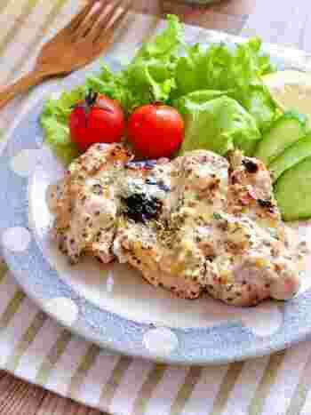 下味を付けたら、冷凍保存。寝かせておくことで鶏もも肉が柔らなくなります。食べたい時に解凍して焼けば、外はカリッと中はふんわりの絶妙なチキンステーキの出来上がり。