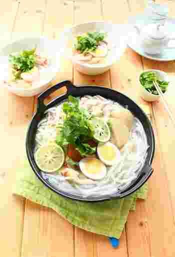 おでんスープに、ナンプラーとレモン汁を加えるだけ。パクチーを添えれば、あっという間にエスニックなフォー鍋の完成です。