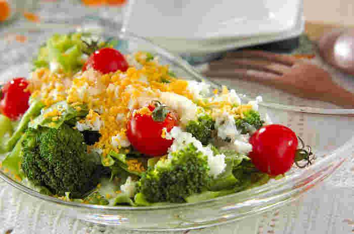 ゆで卵をザルで漉してかけるだけで、いつものサラダがドレスアップ。なじみのある食材でも、ぱっと目を引く華やかなサラダに早変わりします。ダイエット中の方も、気にせずたっぷりと楽しめそう。