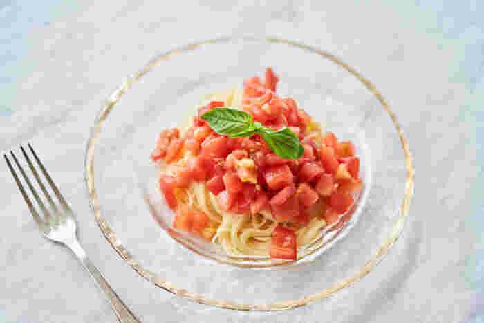 パスタをゆでるお湯でトマトの湯むきをするから、時短&エコ。暑い日にさっぱりと食べられる冷たいパスタは、フレッシュバジルを加えることで爽やかさがアップします。