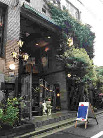 浅草駅から駒形橋方面に1~2分歩いたところにある「CAFE MEURSAULT D'APRE'S(カフェ ムルソー)」は、洋館のような趣きのある外観がステキなお店。
